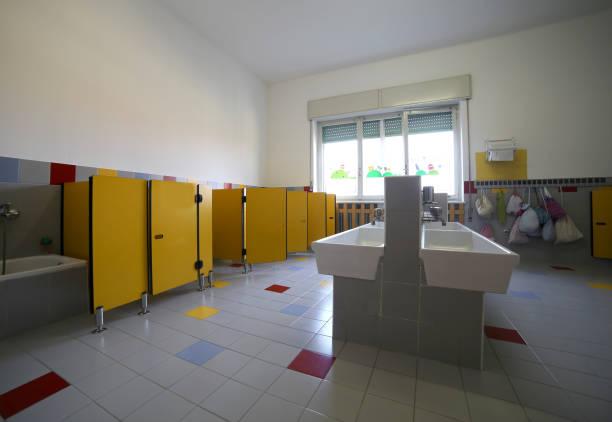 im inneren ein bad in der schule - kindergarten handwerk stock-fotos und bilder
