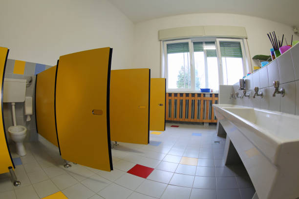 ein badezimmer ohne kinder in der schule - kindergarten handwerk stock-fotos und bilder