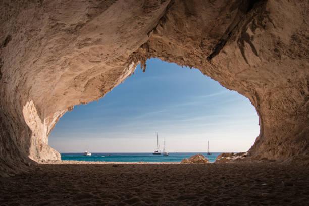 all'interno di una grotta sulla spiaggia di cala luna - sardegna foto e immagini stock