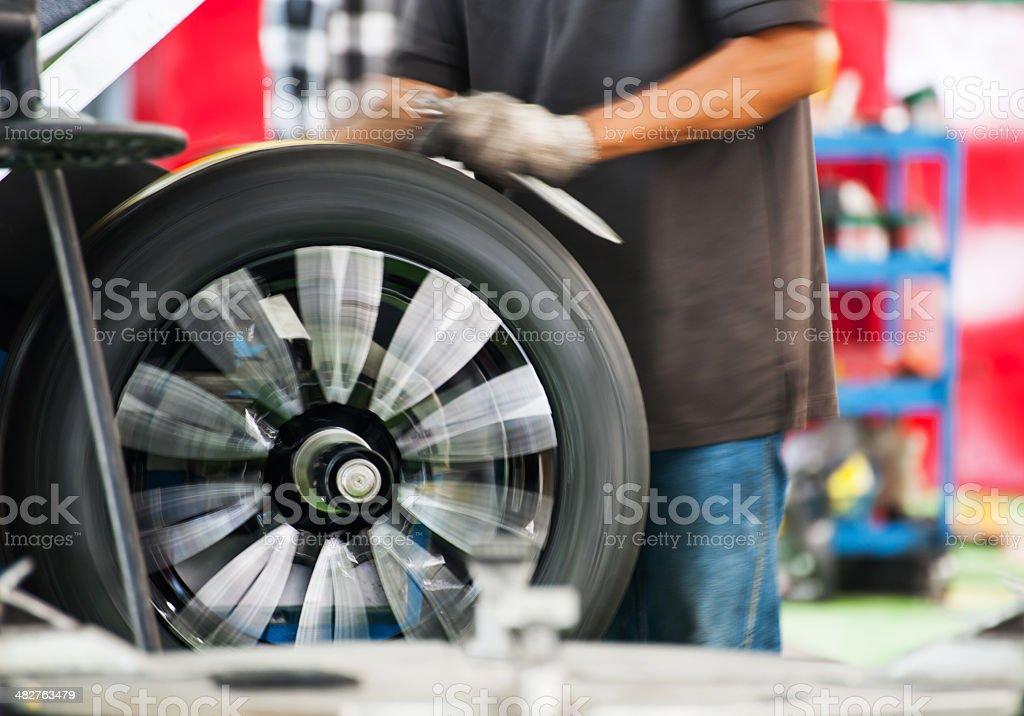 In einer garage-balancing wheels-Reifen auf spining Rad – Foto