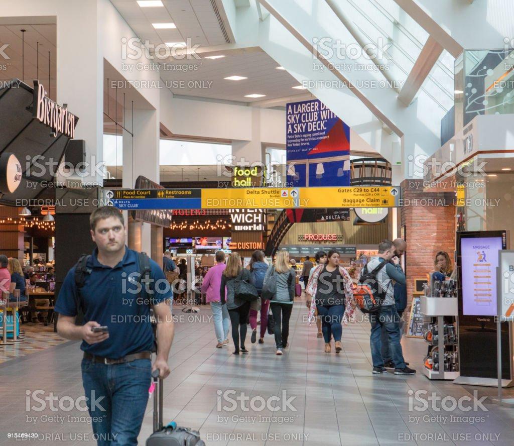 Aeroporto York : Companhia aérea dentro terminal no aeroporto de laguardia em nova