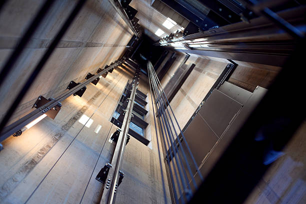 all'interno di un ascensore albero - ascensore foto e immagini stock