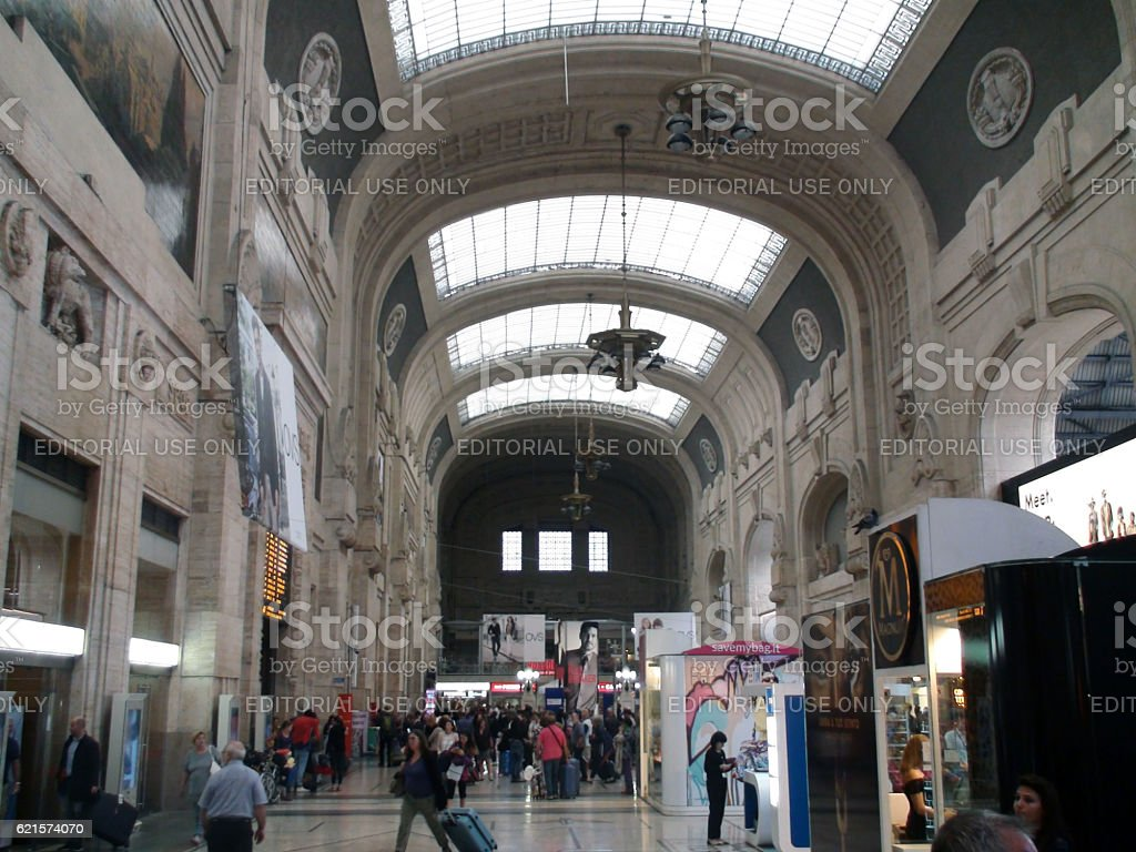 Inside Building Of Milano Centrale Railway Station And People photo libre de droits