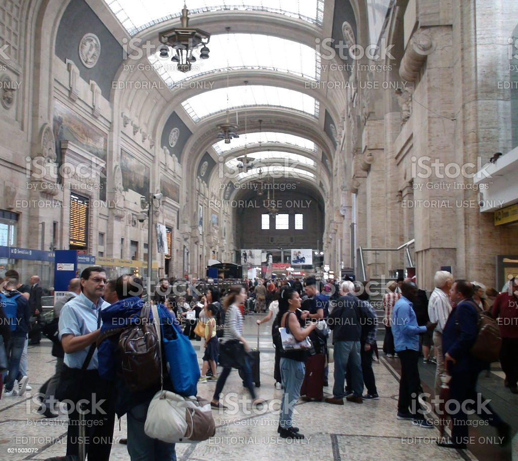 Inside Building Of Milano Centrale Railway Station And People.Italy foto stock royalty-free