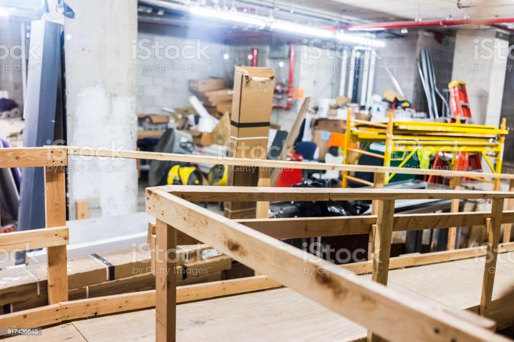 Foto De Dentro De Construcao Industrial Quarto Baguncado Com