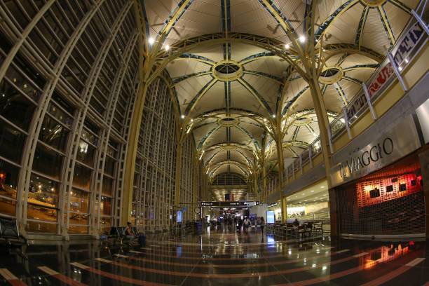 Inside in Ronald Reagan National Airport Arlington: Inside Ronald Reagan National Airport that acts as the primary commercial airport serving Washington D.C. and the Baltimore–Washington metropolitan area. ronald reagan washington national airport stock pictures, royalty-free photos & images