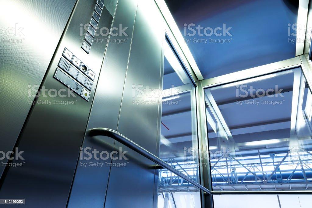 Interior metal y vidrio elevador en edificio moderno, botones brillantes y pasamanos - foto de stock