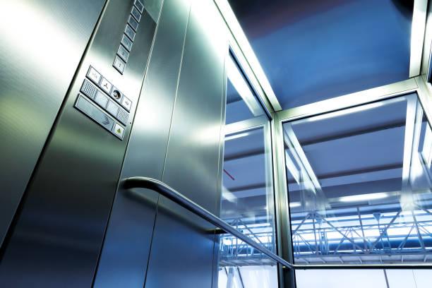 In Metall und Glas Aufzug im modernen Gebäude, die glänzende Knöpfe und Geländer – Foto