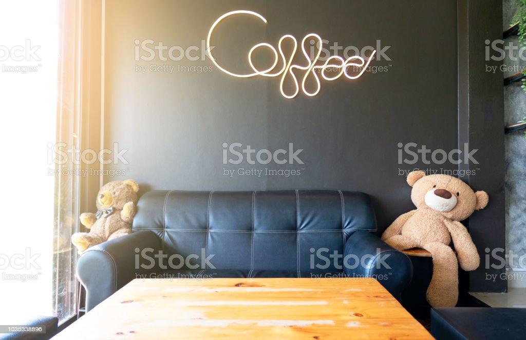 Im Modernen Café Dekorativen Schwarzen Sofa Und Holztischen Und ...