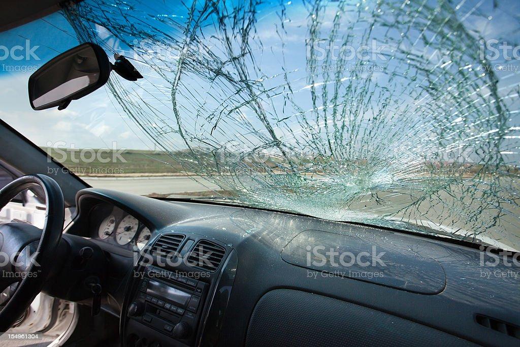 Im Inneren des Wagens mit der defekten Windschutzscheibe. Verkehrsunfall – Foto