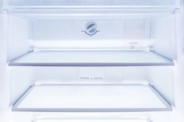 innen sauber und leer kühlschrank mit regalen, gut als hintergrund für gesundheit oder diät-konzept - offene regale stock-fotos und bilder