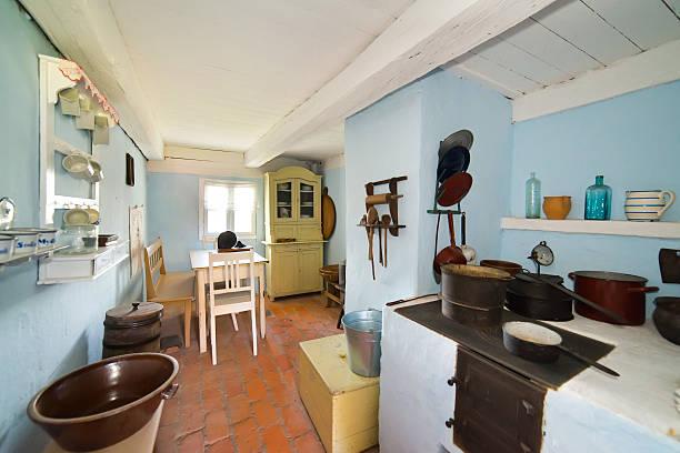 innerhalb der alten ländlichen in polen xixth jahrhundert - landhausstil küche stock-fotos und bilder