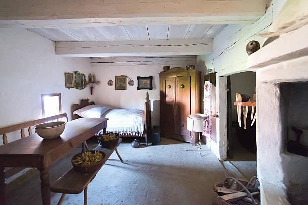 innerhalb der alten ländlichen in polen xixth jahrhundert - bett landhausstil stock-fotos und bilder