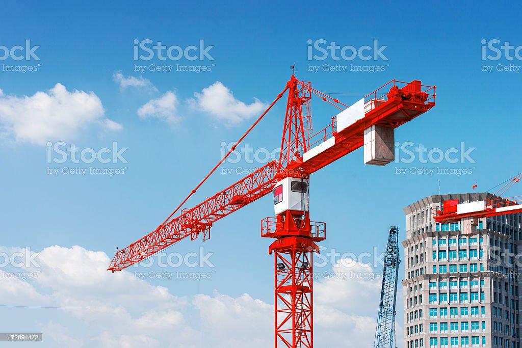 Im Ort für große Gebäude im Bau und Kranichen. – Foto