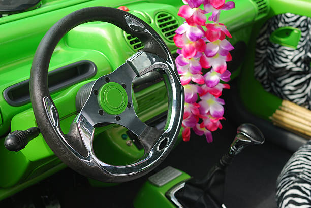 En el interior del coche verde - foto de stock