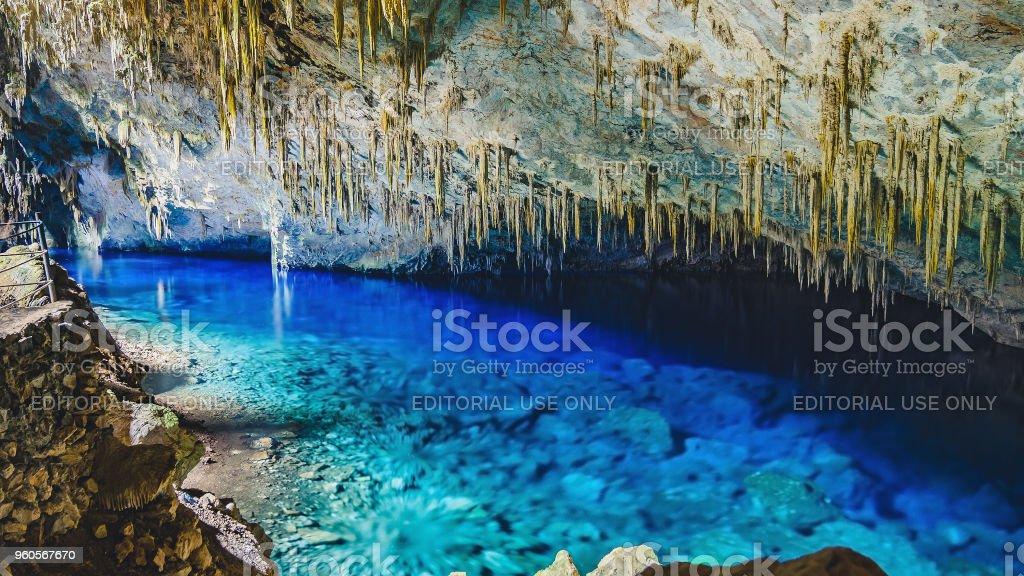 Dentro da gruta do Lago Azul, uma gruta com um lago com água de azul vibrante transparente - foto de acervo