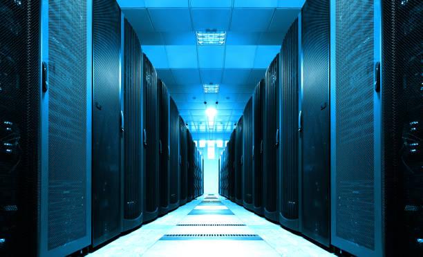 in de lange server kamer tunnel met heldere - datacenter stockfoto's en -beelden