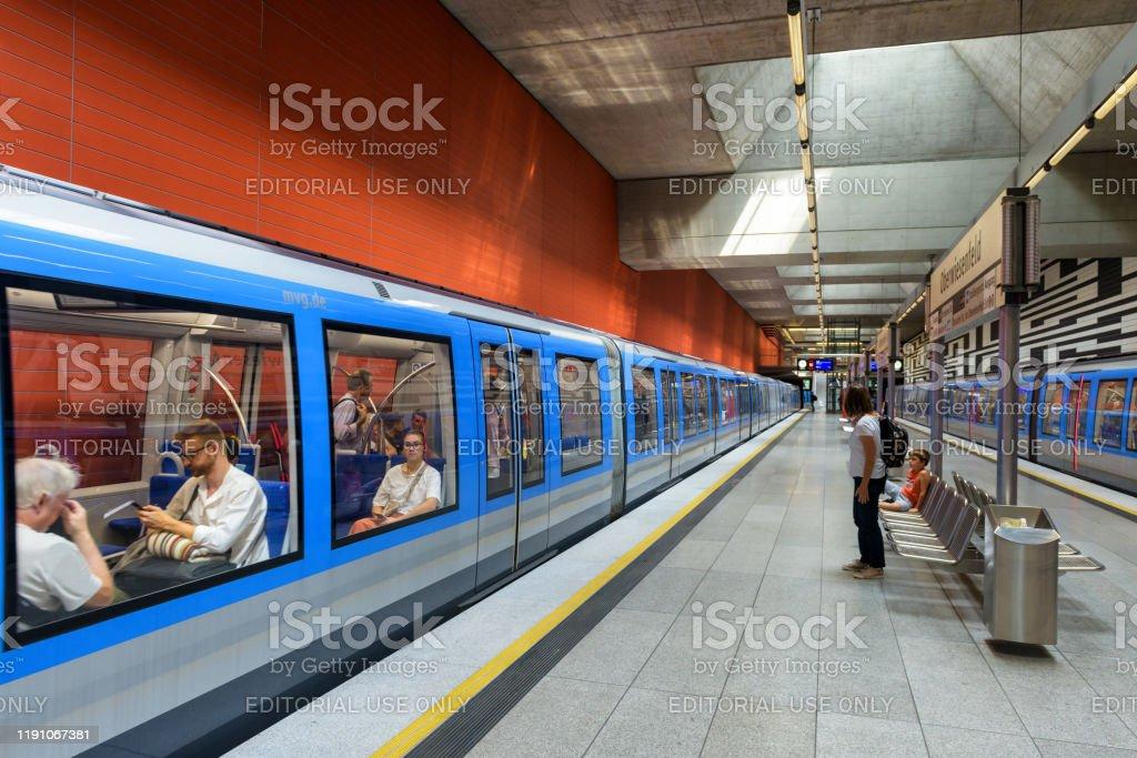 Im Inneren der U-Bahn-Station in München. Zug mit Passagieren in der modernen U-Bahn. - Lizenzfrei Architektur Stock-Foto