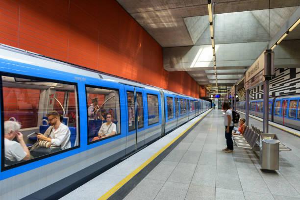 im inneren der u-bahn-station in münchen. zug mit passagieren in der modernen u-bahn. - u bahn stock-fotos und bilder