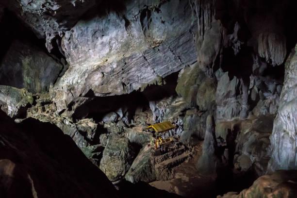 im inneren der pukham oder poukham höhle in vang vieng, laos - vang vieng stock-fotos und bilder