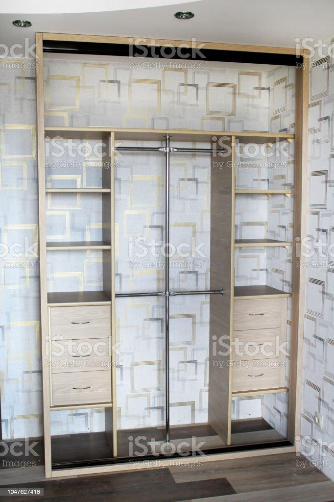 Garderobe Met Schuifdeuren.Binnen De Garderobe Kast Met Schuifdeuren Meubilair Interieur Design
