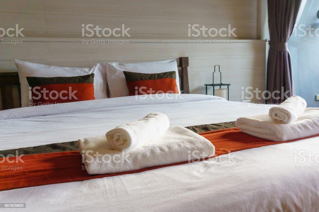 Innenansicht Der Moderne Luxusdoppelbettdekoration Für Haus Hotel Wohnung Resort Interior Design Mit Badaccessoires Kissen Und Decke Stockfoto Und