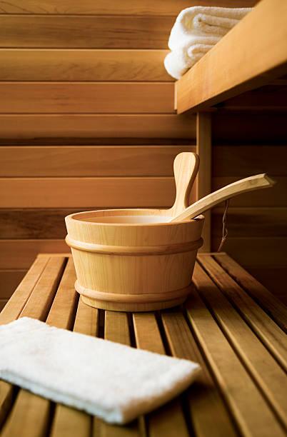 innenansicht der sauna - saunazubehör stock-fotos und bilder