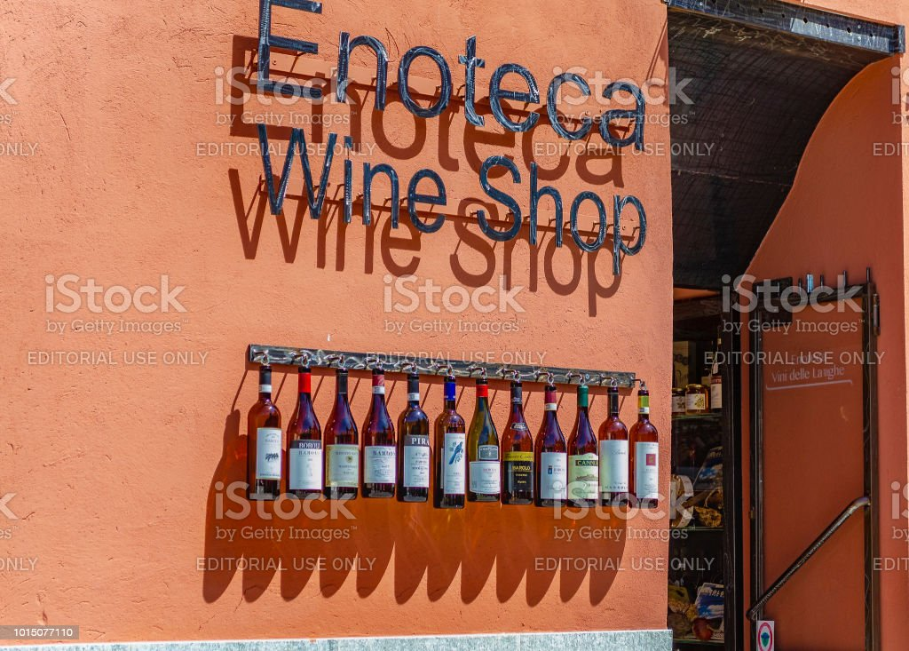 Insignia of a wine shop in Barolo (Cuneo, Piedmont, Italy). - foto stock