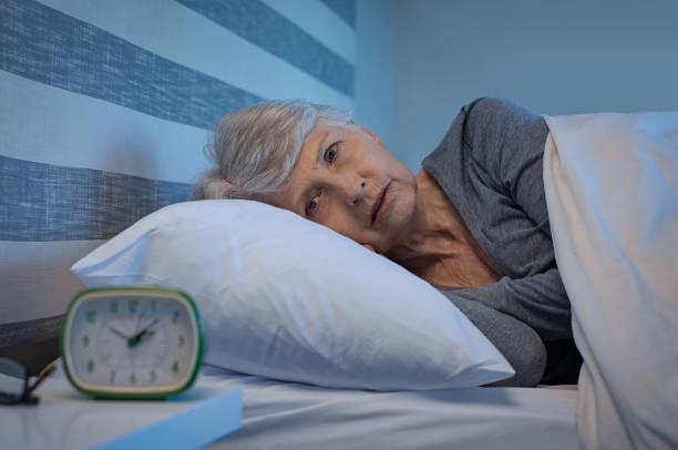 insomnie la nuit - une seule femme senior photos et images de collection
