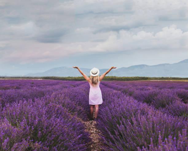 Inspiration und Kreativität Konzept, glückliche Frau in inspirierender Landschaft – Foto