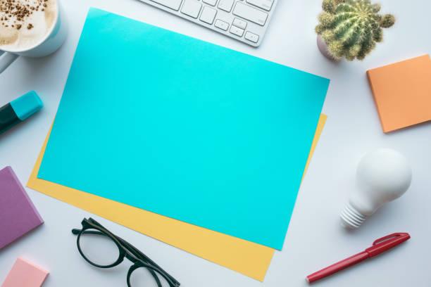 concepts d'idées inspiration avec du papier coloré et accessoires sur table - palm photos et images de collection