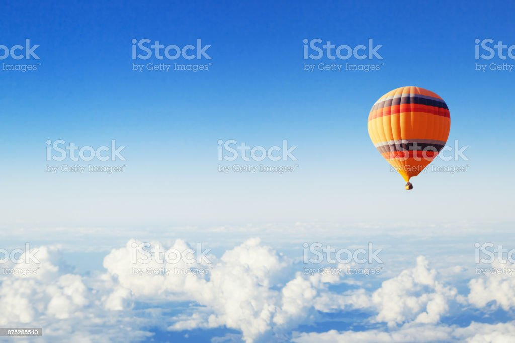 Fondo de inspiración o viajes, globo de aire caliente sobre las nubes - foto de stock