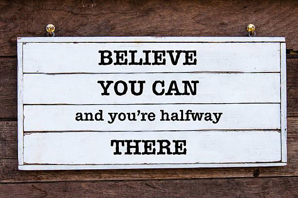 inspirierende nachricht-glauben sie können und sie sind auf halbem wege - das leben genießen zitate stock-fotos und bilder