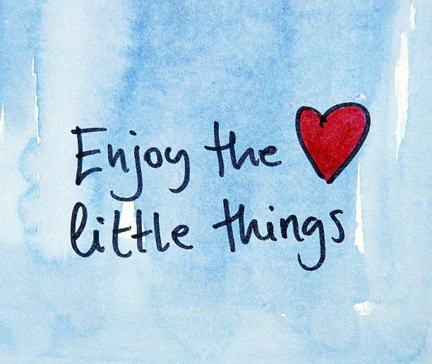 inspirierende nachricht genießen sie den kleinen dinge - herz zitate stock-fotos und bilder