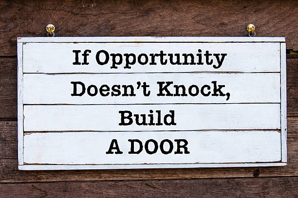 Inspirierende Nachricht, wenn die Gelegenheiten nicht anklopfen, baue ihnen eine Tür – Foto