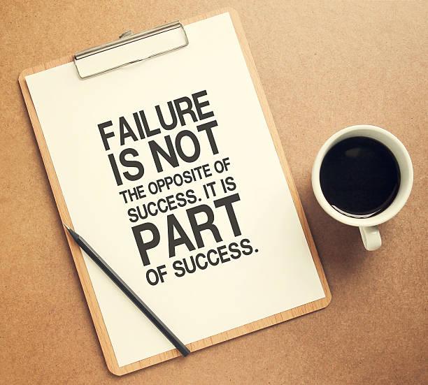inspirierende motivierendes zitat auf zwischenablage und tasse kaffee - schlechte zitate stock-fotos und bilder