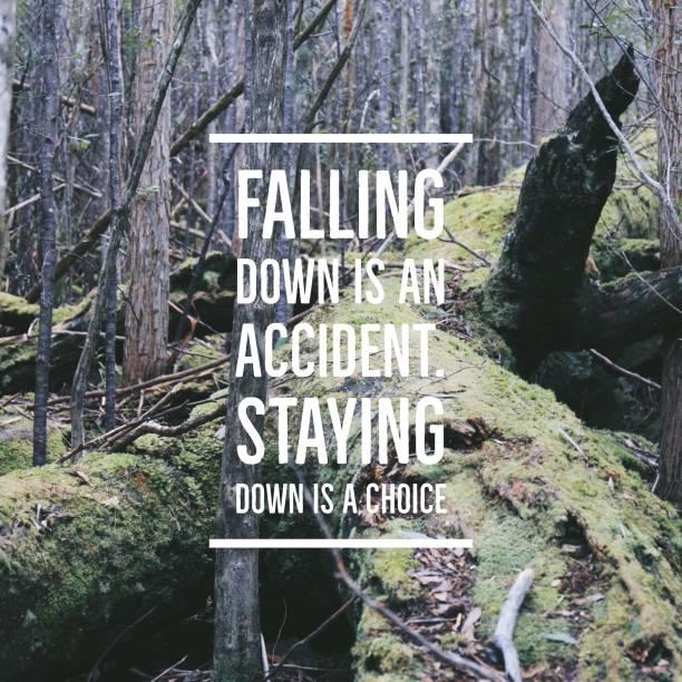 """inspirierende zitat """"falling down ist ein unfall."""" unten bleiben ist eine wahl """"auf wald-hintergrund mit vintage-filter - mentor zitate stock-fotos und bilder"""