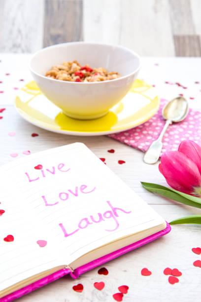 inspirierende zitate auf feminine flachen decken tisch - herz zitate stock-fotos und bilder