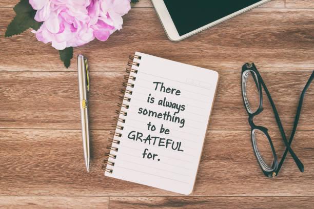 inspirierende zitate auf dem note pad über thanksgiving - danke zitate stock-fotos und bilder