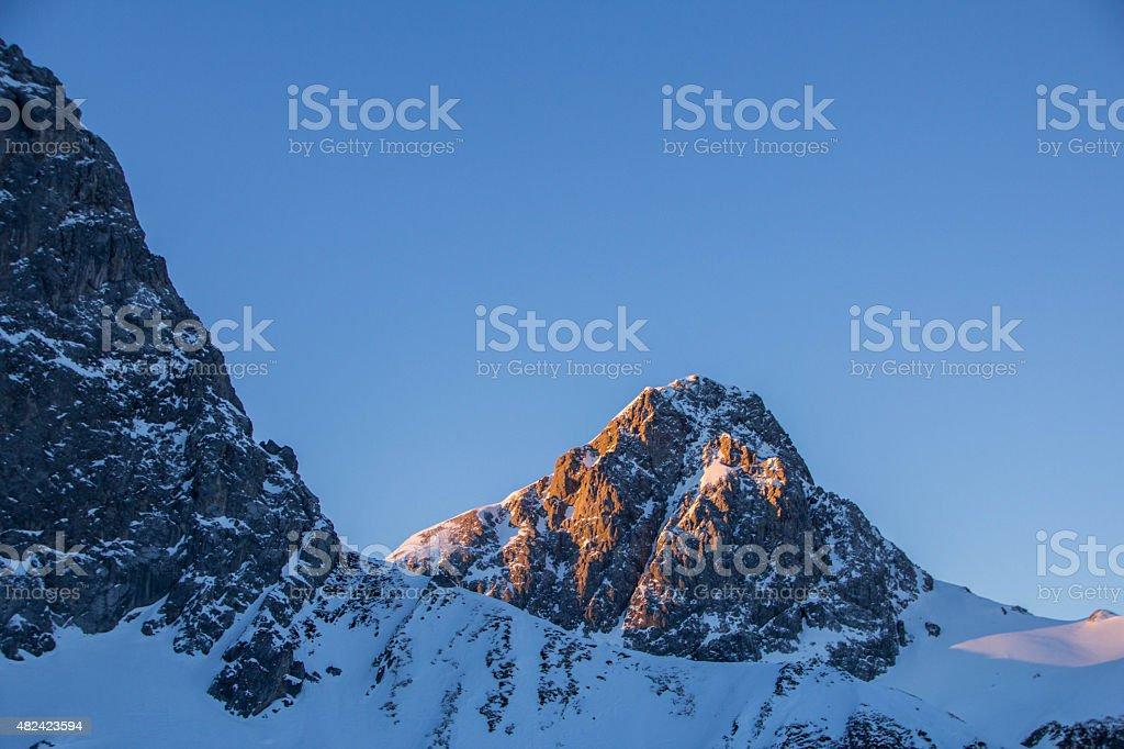 Inspirierende Sonnenaufgang in den österreichischen Alpen – Foto
