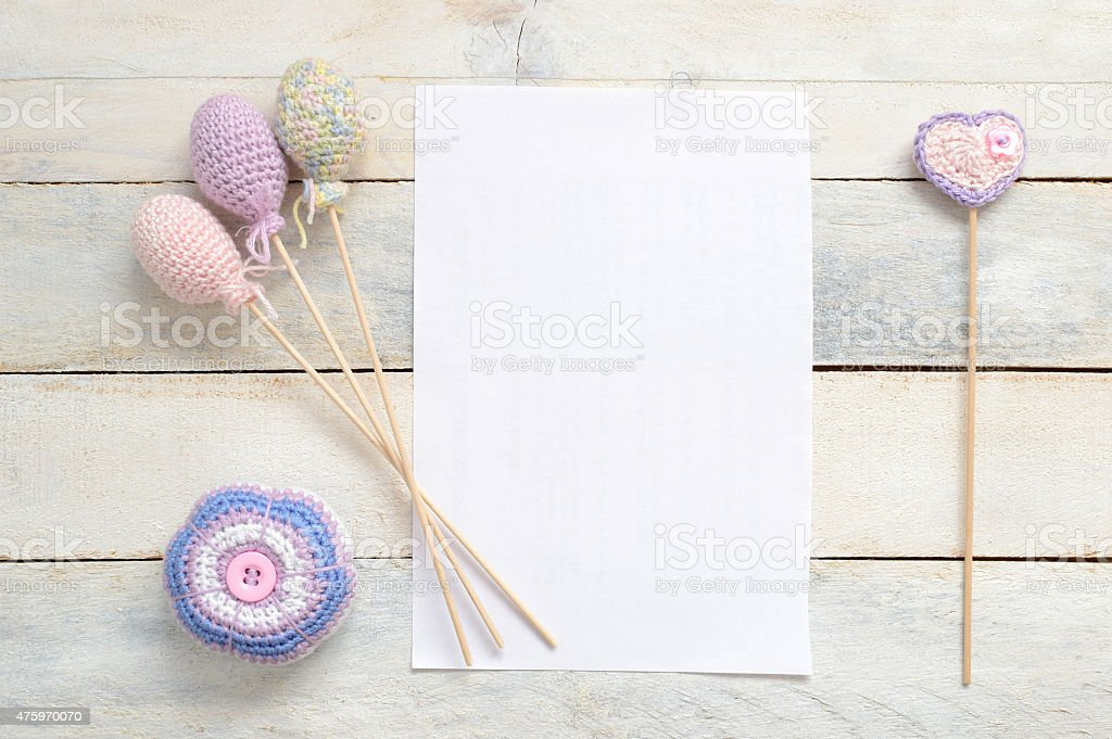 Inspirational tarjeta blanca decoración artesanal con algunos crochet - foto de stock