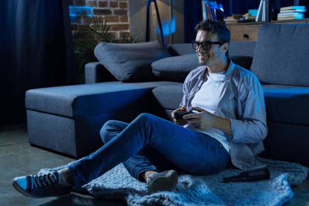 inspiriert von motivierten mann im wohnzimmer entspannen - heute ist freitag stock-fotos und bilder