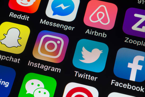 Facebook, Twitter, Instagram y otras aplicaciones de teléfono en la pantalla del iPhone - foto de stock