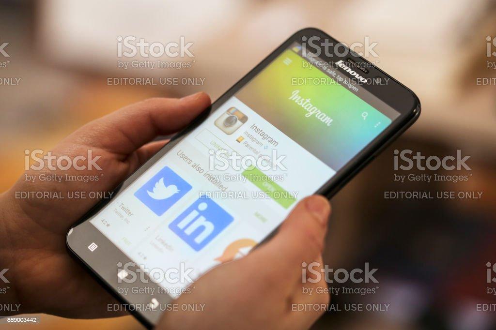 Instagram - Lizenzfrei Am Telefon Stock-Foto