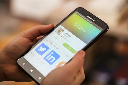 Instagram Stockfoto und mehr Bilder von Am Telefon