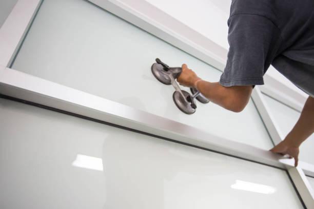 glas mit saugnapf für die installation zu installieren - fensterbauer stock-fotos und bilder
