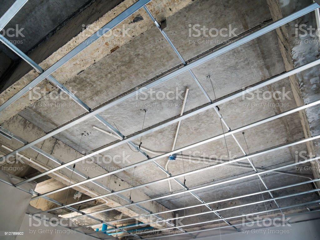 Installer Une Ossature Métallique Pour Plafond Conseil En Plâtre à La  Maison En Construction Photo Libre