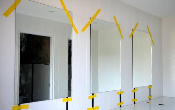 installieren sie neues glas im badezimmer. - fugen reinigen stock-fotos und bilder