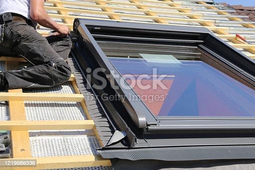 Einbau und Montage neuer Dachfenster im Zuge einer DacheindeckungInstallation and assembly of new roof windows as part of a roof covering