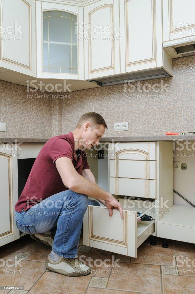 Instalación De Muebles De Cocina Foto de stock y más banco de ...
